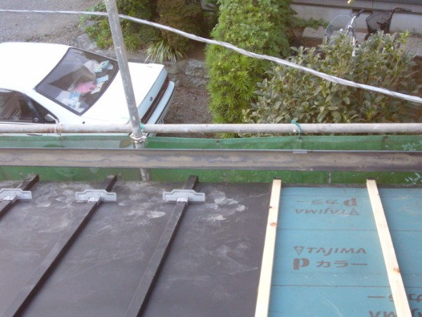 屋根棒を覆って完了